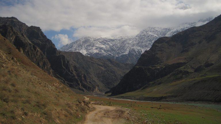 Montañas de Pamir a traves del valle